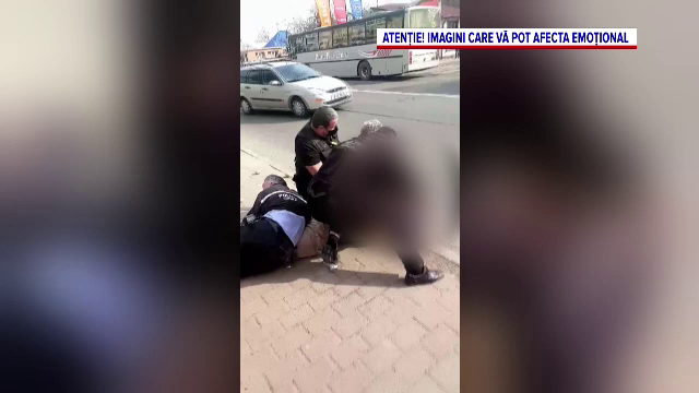 Un bărbat din Piatra Neamț, pus la pământ și încătușat de polițiști. Motivul pentru care a devenit agresiv