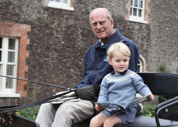 Poze inedite cu Prințul Philip și strănepoții săi, date publicului de Familia Regală. FOTO
