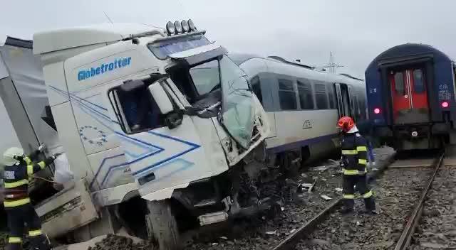 VIDEO și FOTO. Accident grav în județul Vaslui. Un TIR a fost lovit de două trenuri