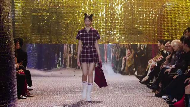 Dior și-a prezentat noua colecție de toamnă-iarnă. Predomină carourile și paietele