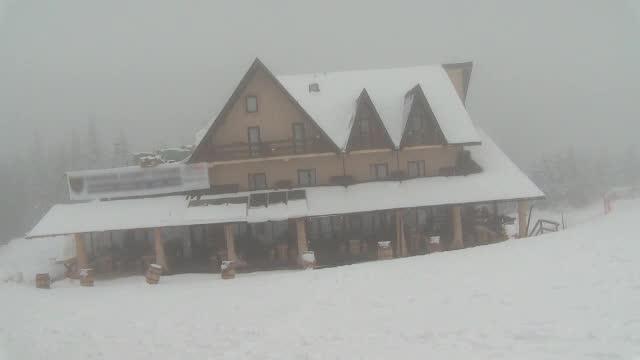Iarna târzie le dă planurile peste cap cabanierilor. Transalpina rămâne închisă de Paște, din cauza zăpezilor