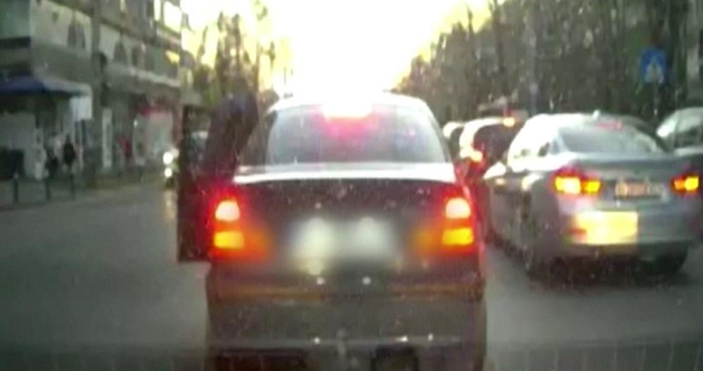 Scene violente într-o intersecție din București. Un tânăr a fost bătut de un alt şofer