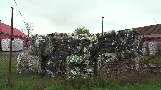 Deșeuri aduse ilegal din Italia, aruncate într-un sat din Bihor. Oamenii spun că sunt periculoase