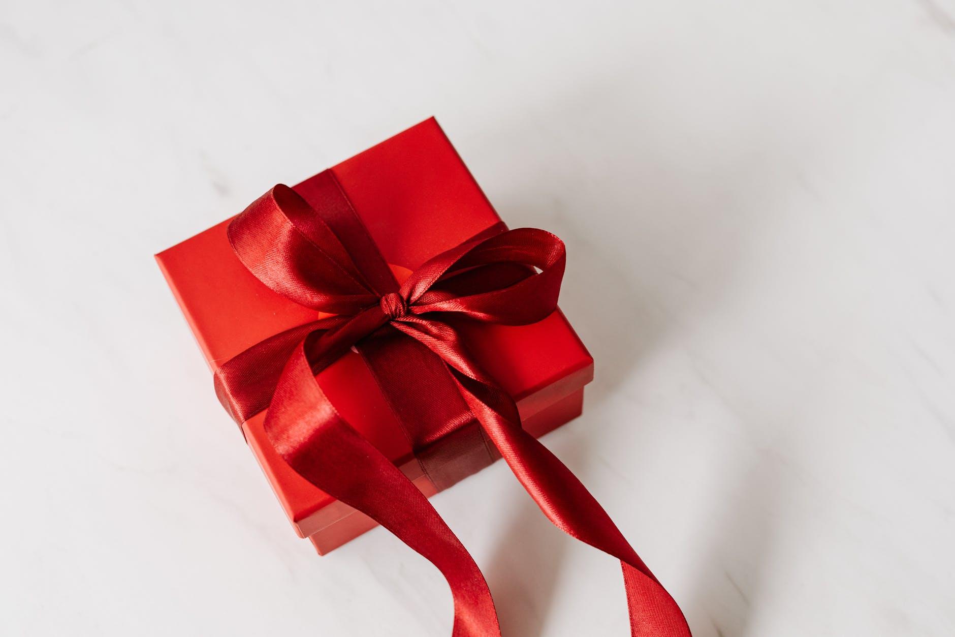 (P) Top 10 idei de cadouri potrivite pentru persoana iubită
