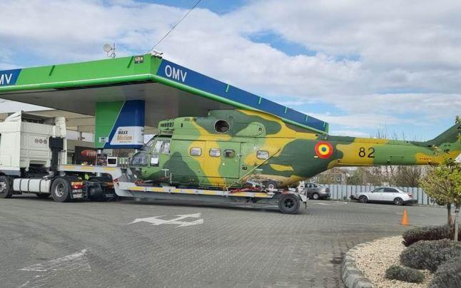 Imaginea zilei: Un elicopter al Armatei Române, surprins într-o benzinărie din Focșani
