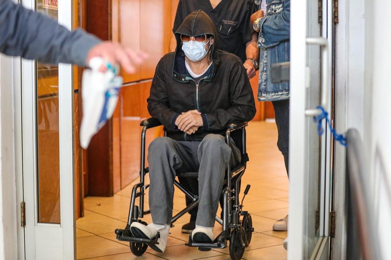 Brad Pitt, fotografiat în scaun cu rotile ieșind dintr-o clinică medicală