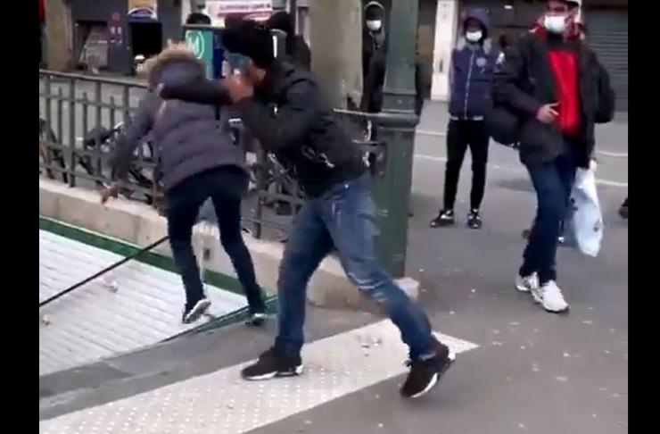 VIDEO. Momentul în care o femeie este împinsă pe scări, la metroul din Paris