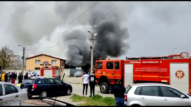Incendiu la un service din Capitală. Patru mașini de lux au ars complet