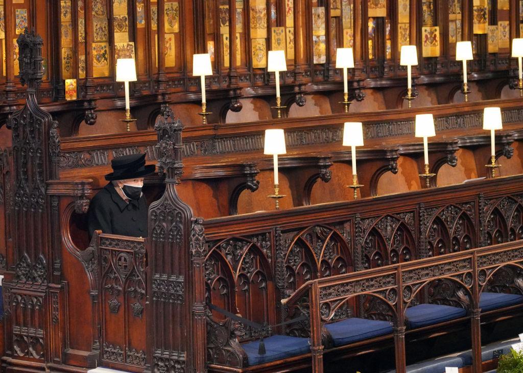Prinţul Philip al Marii Britanii a fost înmormântat. Regina Elisabeta, în lacrimi la slujbă, unde a stat singură