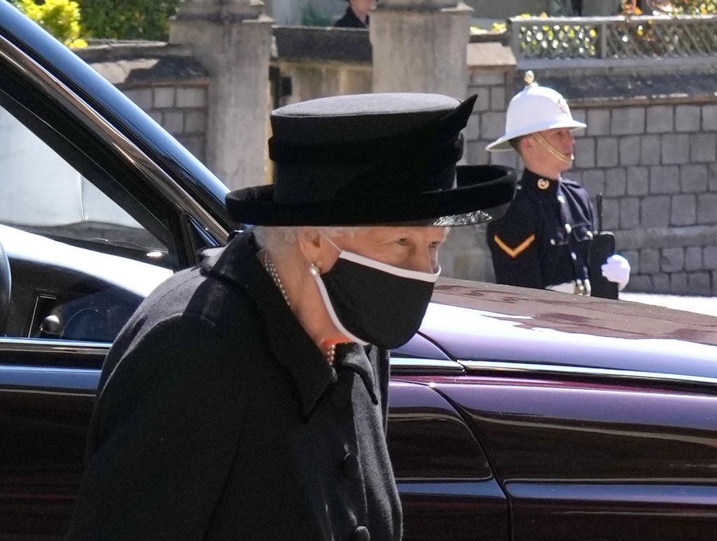Regina Elisabeta a II-a a primit un trandafir numit după regretatul ei soţ, prinţul Philip