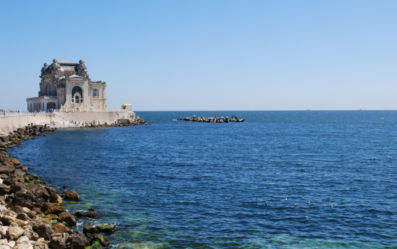 Fenomen rar la Marea Neagră. Ce culoare are apa mării și care este explicația