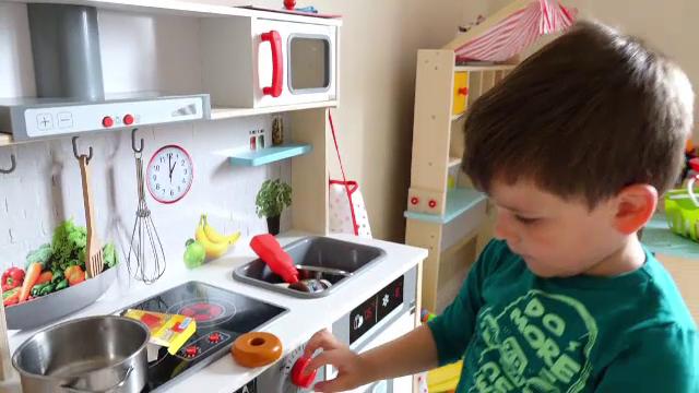 Ce este stilul Montessori și cum decorezi camera copilului astfel ca totul să îi fie la îndemână