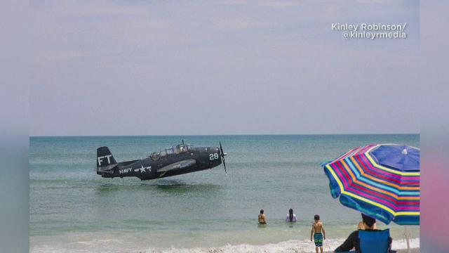 VIDEO. Momentul în care un avion aterizează la câțiva metri de o plajă plină de turiști