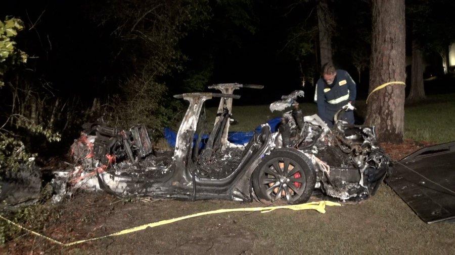 """Doi bărbați au murit după ce au intrat cu o Tesla într-un copac. Anchetatori: """"Nimeni nu conducea mașina"""""""