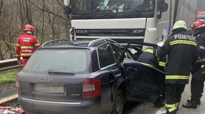Accident grav pe Valea Oltului. Doi morți după o coliziune între o mașină și un TIR