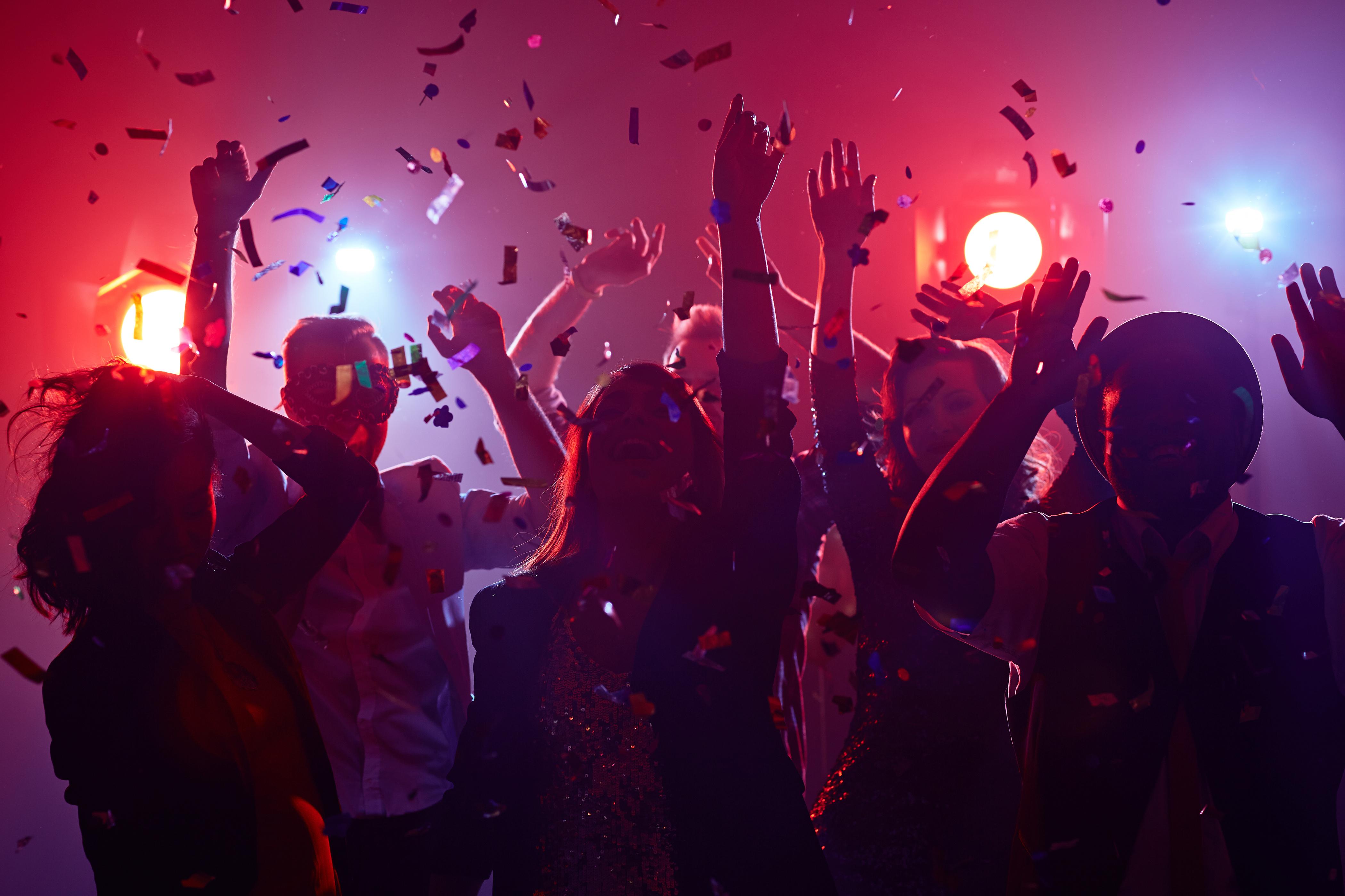 Zeci de persoane au fugit de la o petrecere nocturnă ilegală în Arad, la sosirea polițiștilor locali. Ce au lăsat în urmă