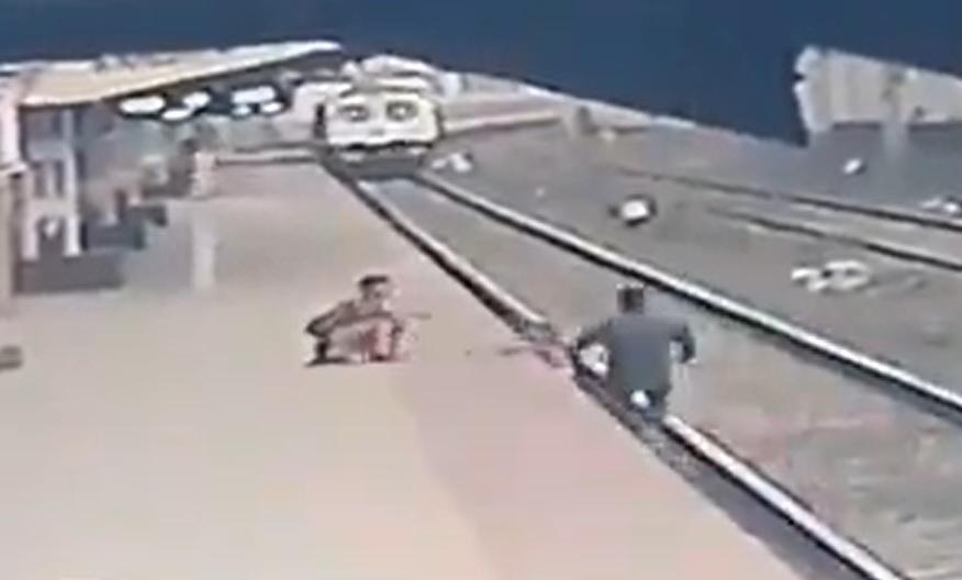 VIDEO. Imagini dramatice. Un copil a fost salvat de pe șinele de tren în ultima clipă