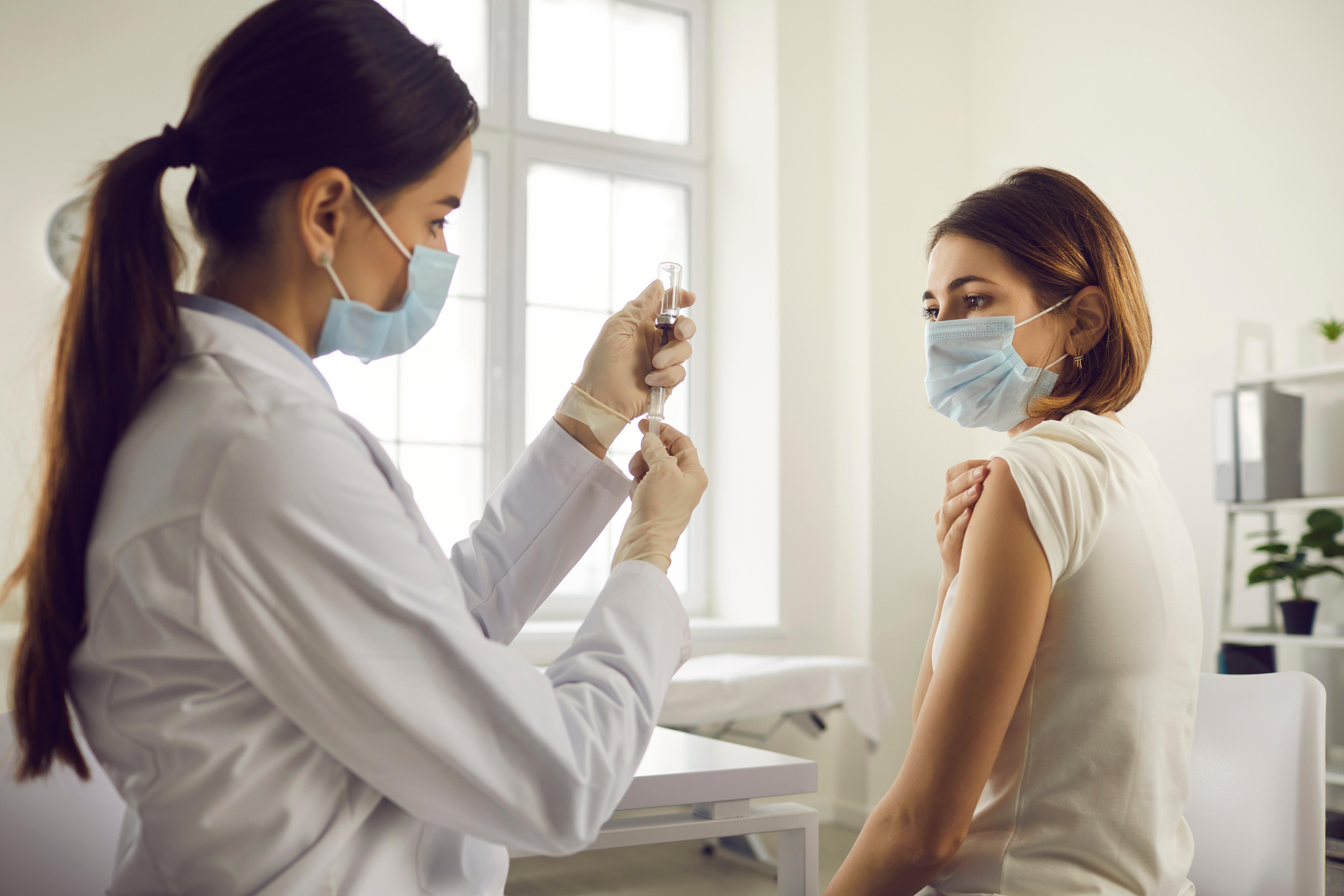 Cum aflu dacă am anticorpi după ce m-am vaccinat? Un medic de laborator de la MedLife explică cum funcționează vaccinurile