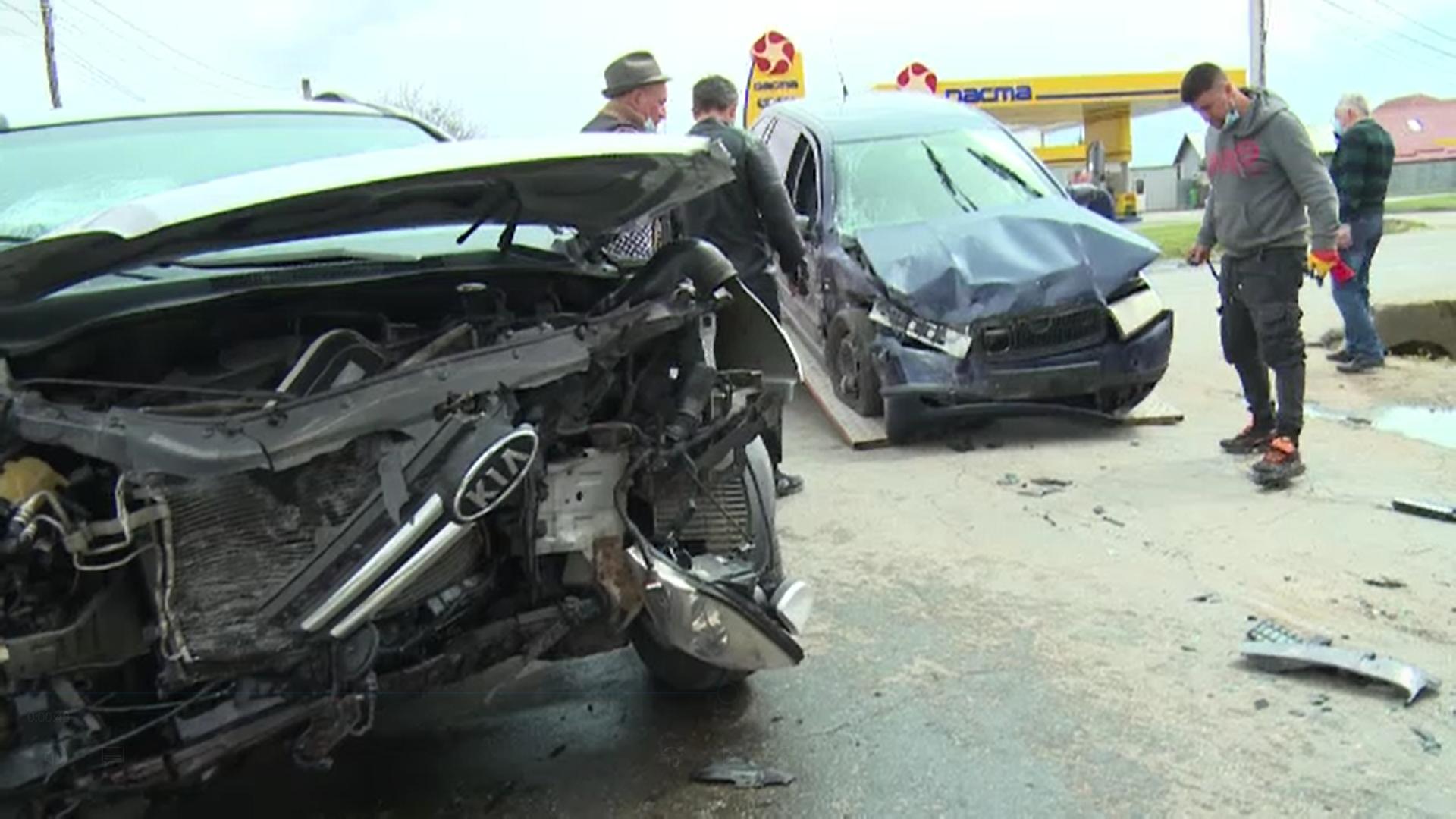 Accident în lanț într-o intersecție din Dâmbovița. Trei mașini au fost serios avariate