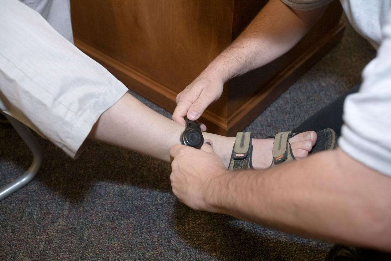 """Brățări """"cu cip"""" pentru agresori. Infractorii vor fi monitorizați prin GPS, conform legii"""