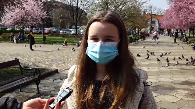 """O fată de 16 ani din Bistrița, care a înapoiat un portofel pierdut unei bătrâne, felicitată și recompensată: """"O premiem"""""""