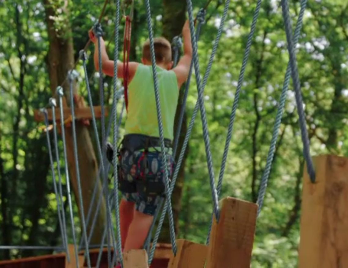 Parcurile de aventură din mijlocul pădurii, preferate de familiile care vor mișcare în aer liber