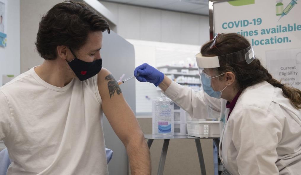 """VIDEO. Premierul Canadei, Justin Trudeau, s-a vaccinat cu AstraZeneca. """"Sunt foarte fericit"""""""