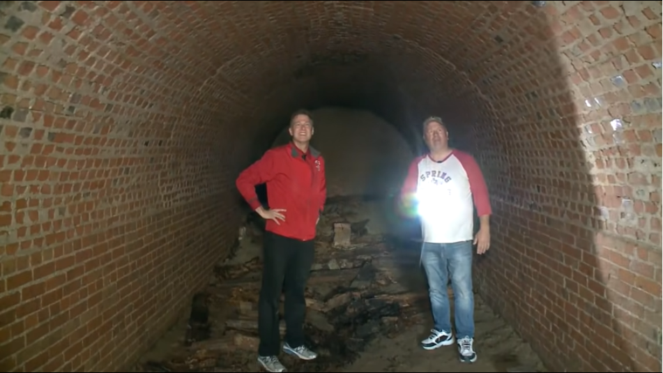 A gasit un tunel misterios sub casa sa si nimeni nu stie ce e cu el. Tara se confrunta cu un val de descoperiri ciudate