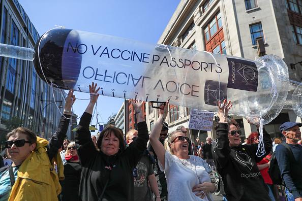 Mii de oameni au protestat la Londra, față de măsurile de izolare şi paşaportul de vaccinare