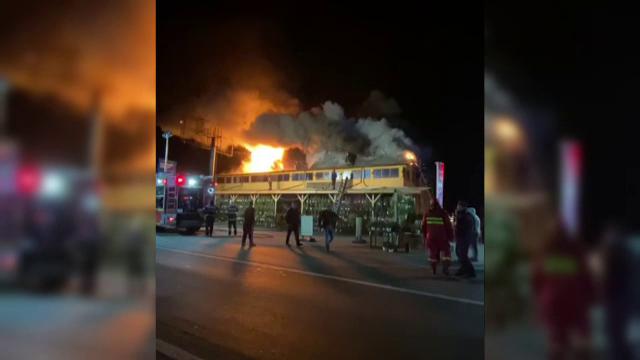 Incendiu de proporții în Buzău. Acoperișul unei pensiuni a fost cuprins de flăcări