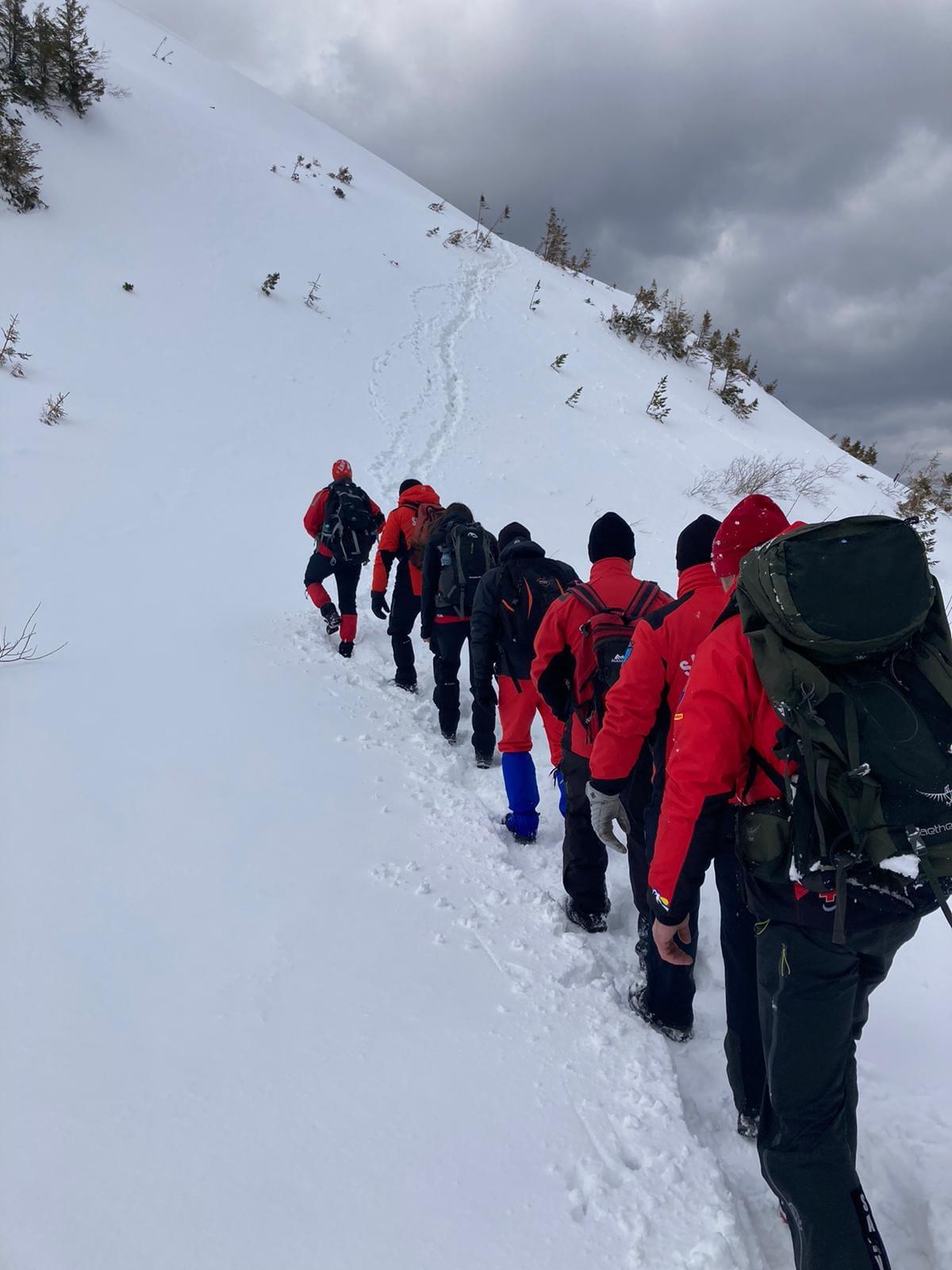 Salvamontiștii au mers 6 ore prin zăpadă de peste un metru pentru a duce provizii la stația meteo de pe Iezer
