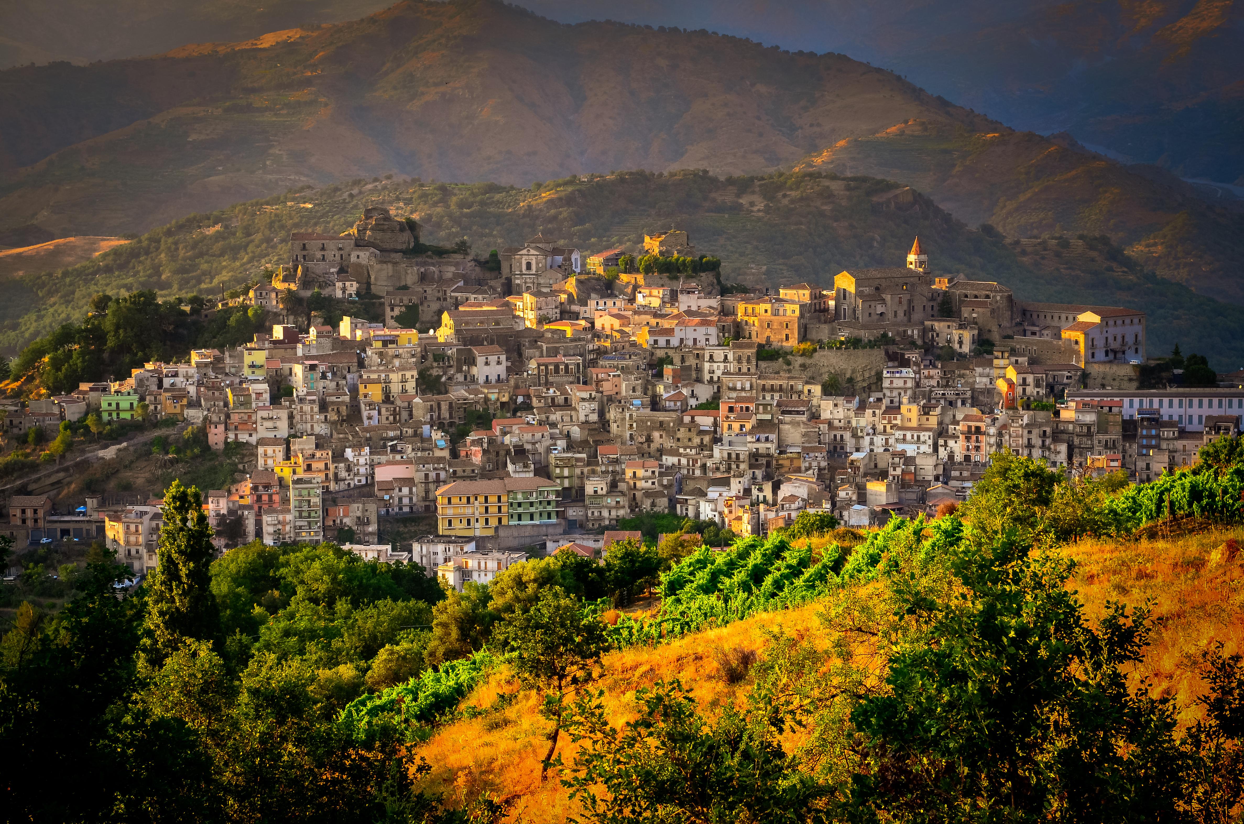 Localitatea italiană Castiglione di Sicilia vinde aproape 900 de case abandonate la preţuri pornind de la 1 euro