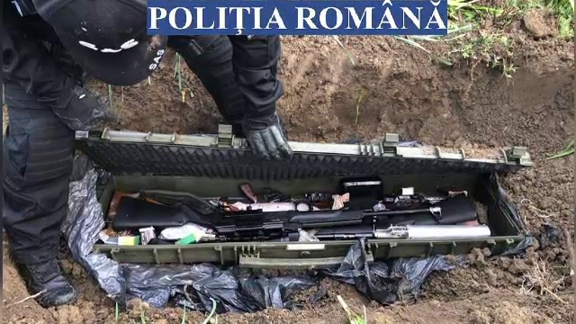 Un adevărat arsenal militar, descoperit în curtea unei case, în urma unor percheziții în Vrancea şi Bacău