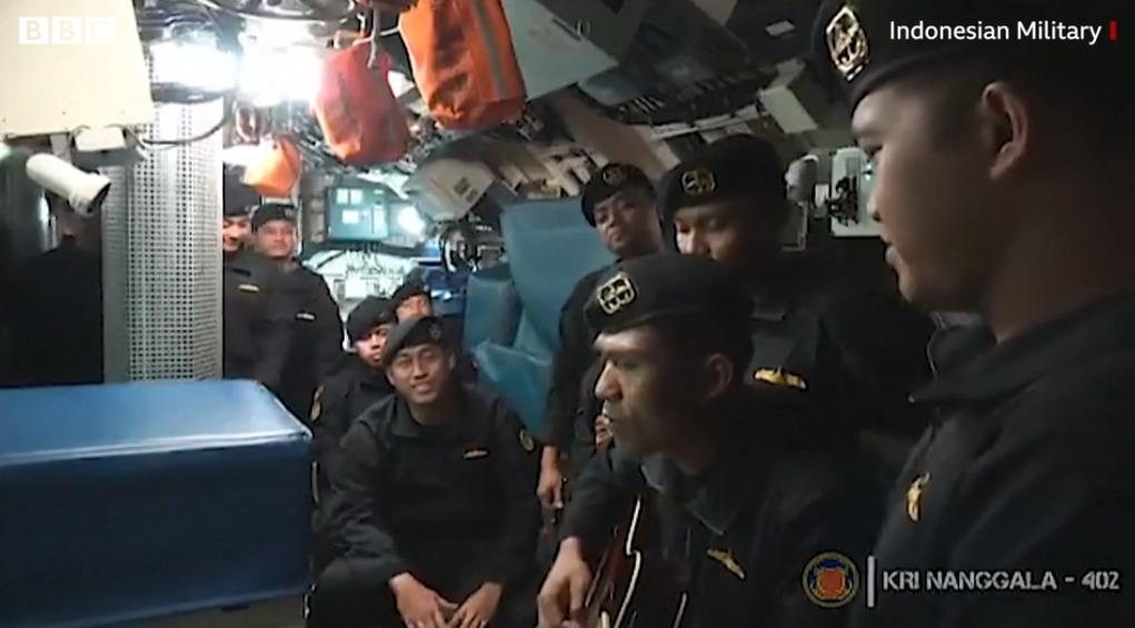 Marinarii de pe submarinul scufundat în Indonezia, filmați în timp ce cântau cu câteva săptămâni înaintea tragediei