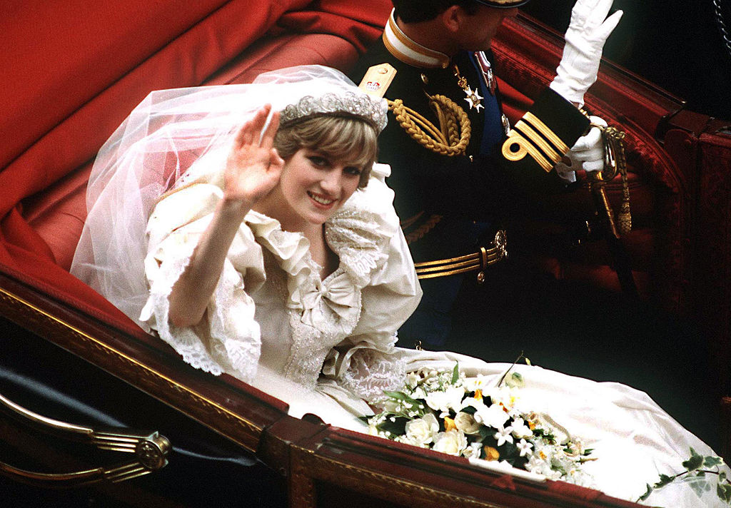 Celebra rochie de mireasă a prinţesei Diana, expusă la Palatul Kensington