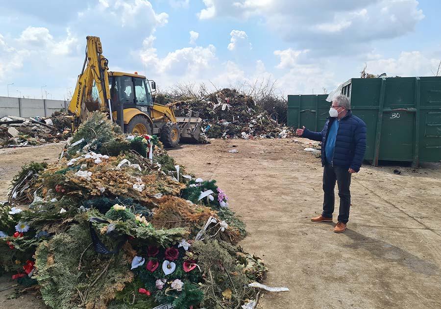 Coroanele din plastic, interzise în cimitirul din Oradea. Primăria va rula mesaje de condoleanțe pe panouri electrice