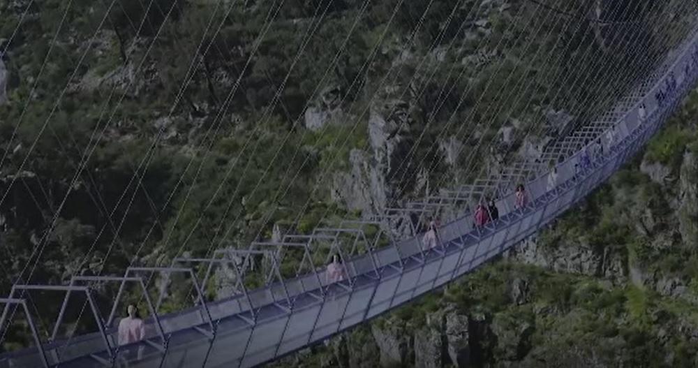 Cel mai lung pod pietonal suspendat din lume a fost transformat în podium de modă