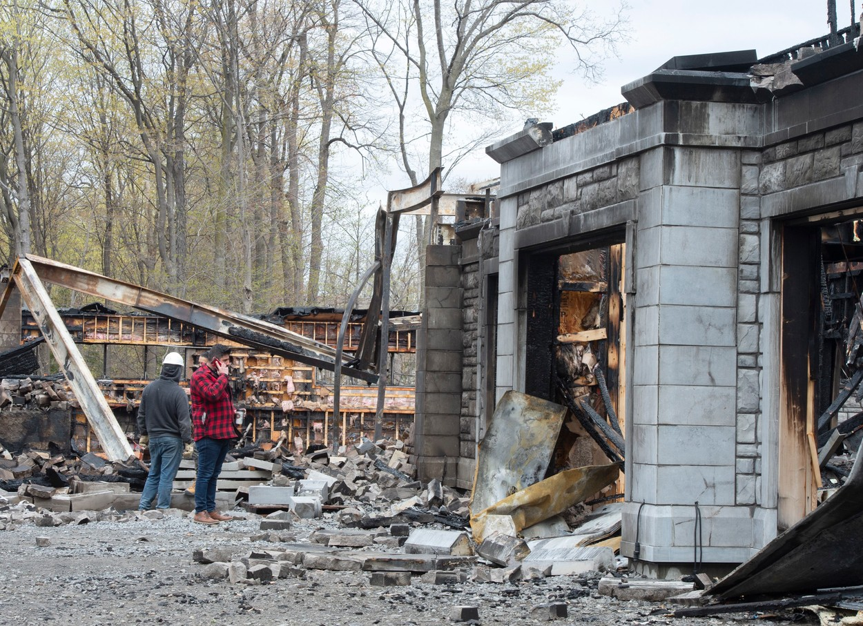 Casa proprietarului celei mai cunoscute paltforme de filme pentru adulți, distrusă de incendiu. GALERIE FOTO