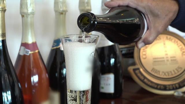 În România se produce tot mai mult vin spumant. Cum este fabricat în cramele locale