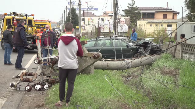"""Accident cumplit pe DN1. Un stâlp de curent, retezat de o mașină scăpată de sub control: """"O bubuitură și flamă"""""""
