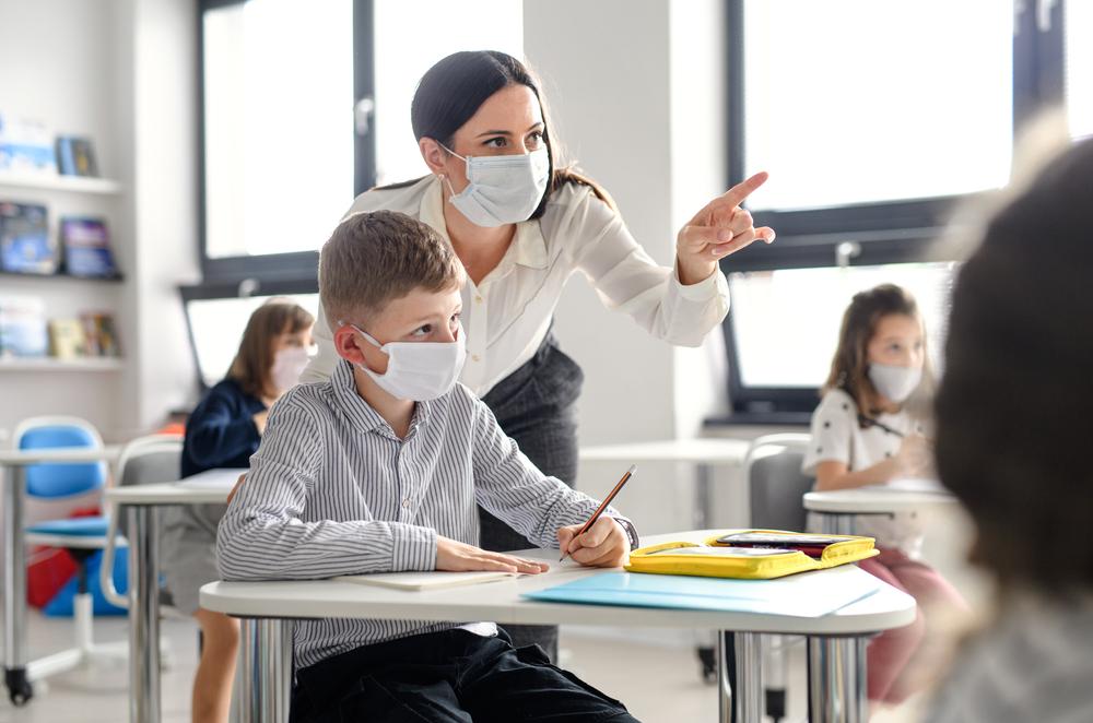 Profesorii care se vaccinează anti-Covid nu mai au voie în școală. Decizie controversată la Miami
