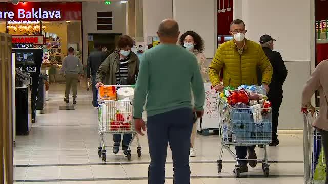 Piețele și magazinele, aglomerate în Joia Mare. Ce cumpără românii pentru masa de Paște