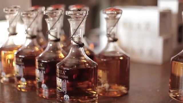 Cum se produce palinca tradițională. Prețul unei sticle îl depăşeşte pe cel al whisky-ului de calitate