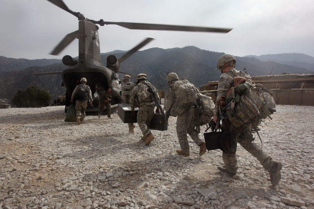 A început retragerea trupelor NATO din Afganistan. Oficialii Alianței se tem de posibile atacuri ale talibanilor