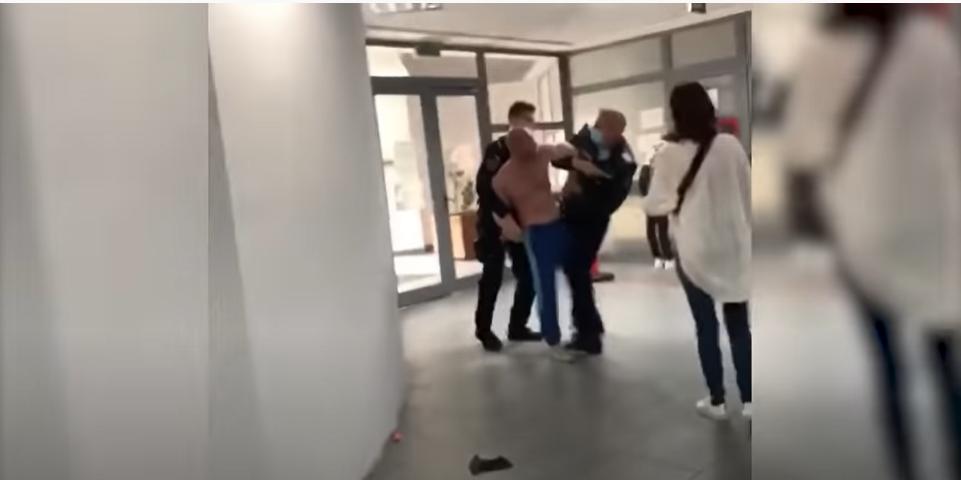 Doi bărbați s-au luat la bătaie la Starea Civilă Vaslui, în timp ce soțiile lor se loveau cu poșetele. Ce a pățit un polițist