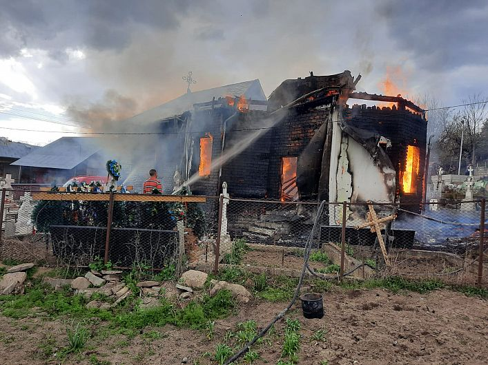 Incendiu devastator la o biserică din Vrancea. VIDEO