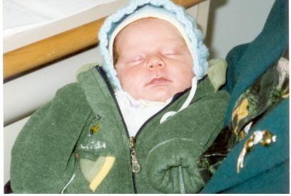 Bebelus abandonat la usa bunicii sale, ca un colet nedorit