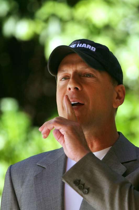 Bruce Willis, primit cu fast in Polonia. Este imaginea unei bauturi locale