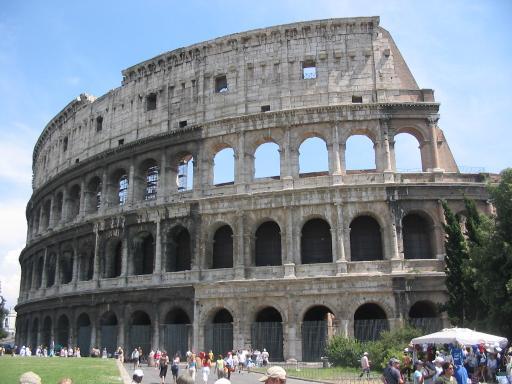 Arde Colosseum-ul! O manifestatie artistica i-a pus pe jar pe turisti
