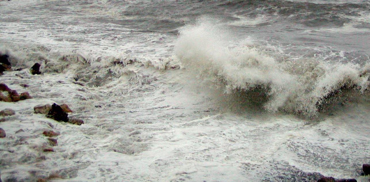 Litoralul, ravasit de vreme: nisipul, ridicat in fuioare si o macara, prabusita in portul Constanta